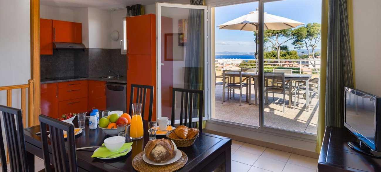 s jour en appartement pour 4 six fours les plages senior vacances. Black Bedroom Furniture Sets. Home Design Ideas