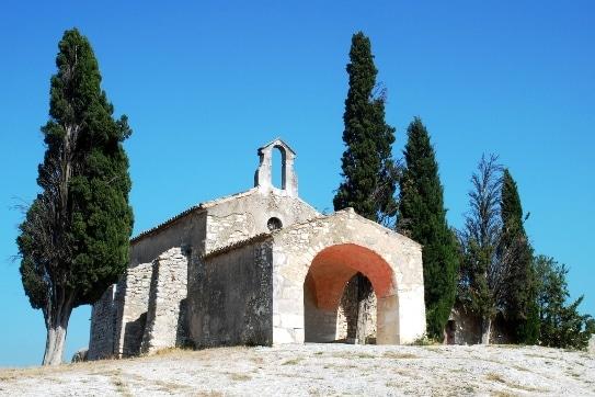 Chapelle Sainte Sixte à Eygalières la ville des alpilles dans laquelle Michel DRUCKER a fait construire sa villa