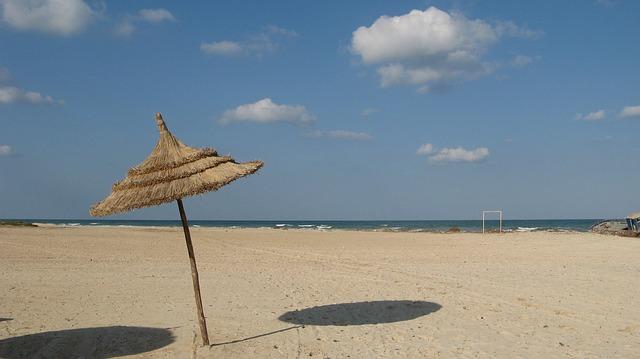 Plage de sable blanc en Tunisie