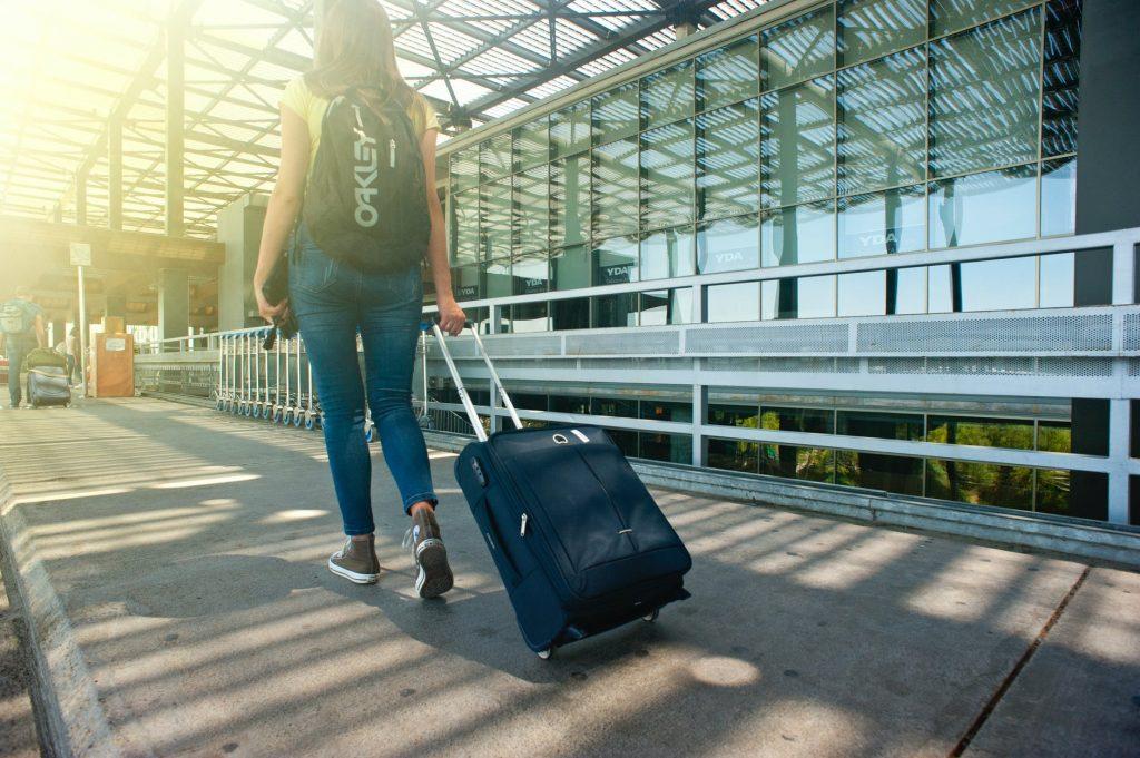 Femme marchant dans une gare avec un bagage