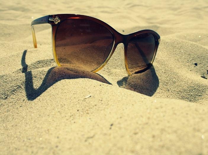 Lunette loupe solaire pour lire sur la plage de sable