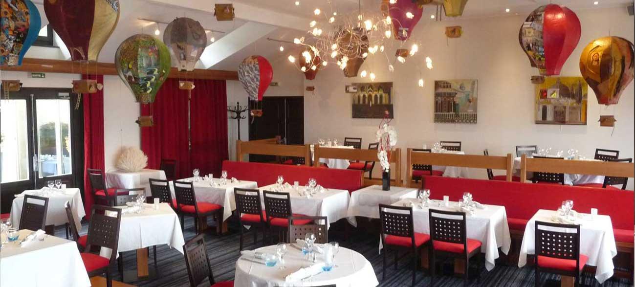 Salle restaurant d'un d'hôtel face au lac Leman à Yvoire