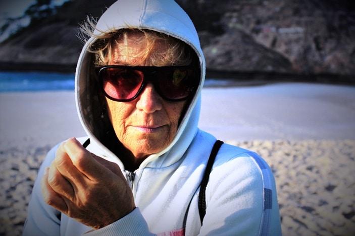Voyageur retraité avec lunettes de soleil pour presbytie