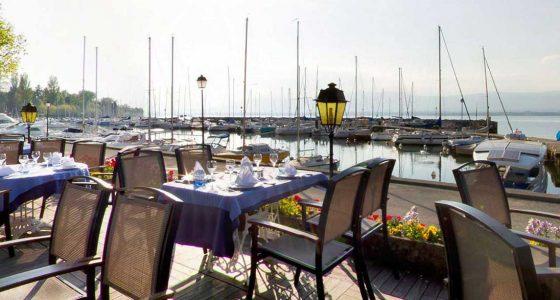 Restaurant avec terrasse sur le port de plaisance à Yvoire