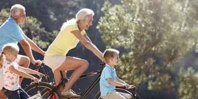 Grands-parents et petits enfants en balade à vélo
