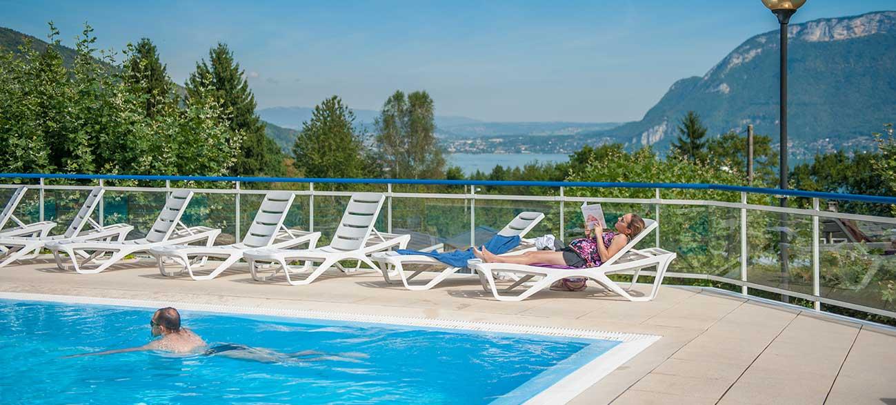 Piscine camping avec vue sur le lac d'Annecy
