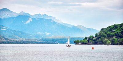 Vue panoramique du lac d'Annecy en Savoie