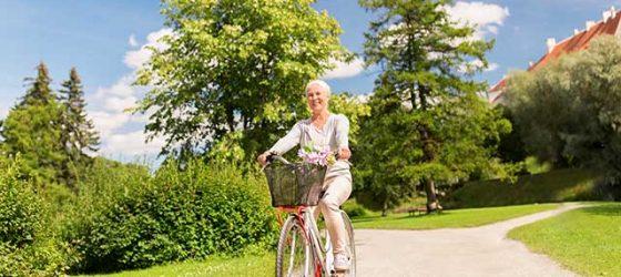 Senior à vélo