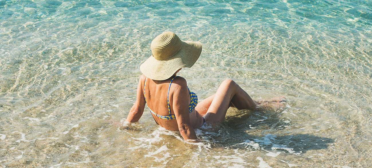 Senior en vacances à la mer