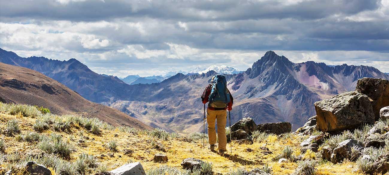 Senior en vacances à la montagne