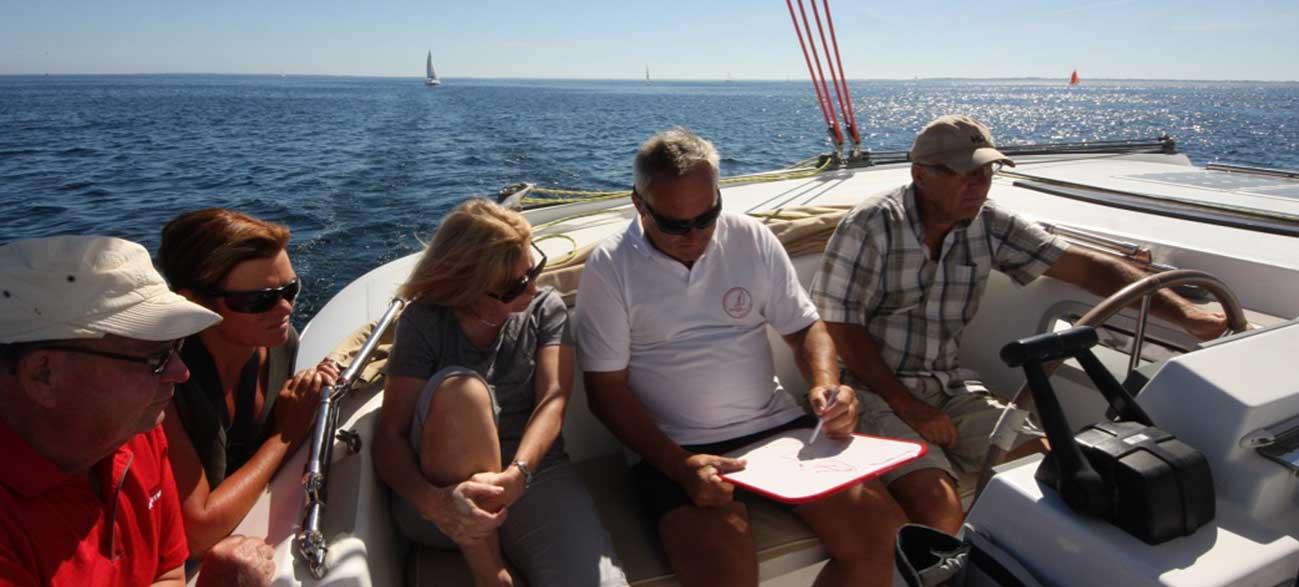 Groupe senior sur le Bateau Croisières Voile et Randonnée en Finistère