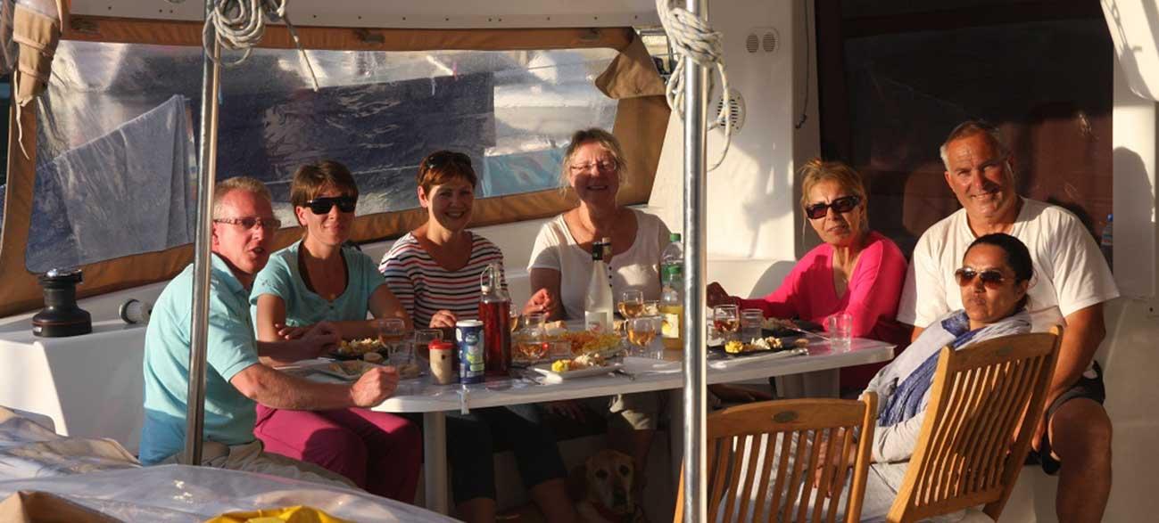 Petit-déjeuner sur le bateau de la Croisières Voile et Randonnée en Finistère