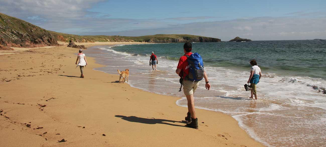 Groupe senior en rando sur la plage Croisières Voile et Randonnée en Finistère