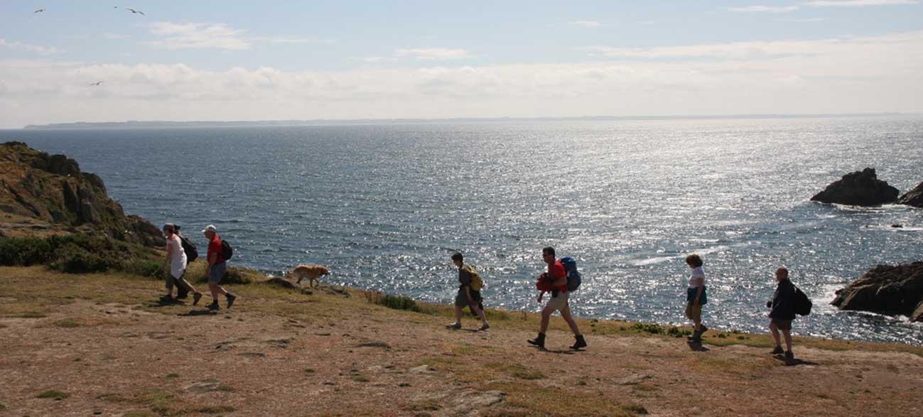 Groupe senior en rando Croisières Voile et Randonnée en Finistère