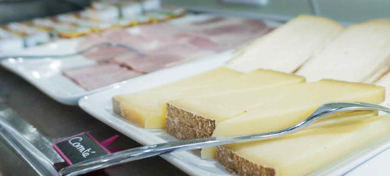 Petit déjeuner copieux avec fromages dans un hôtel à Canet-en-Roussillon