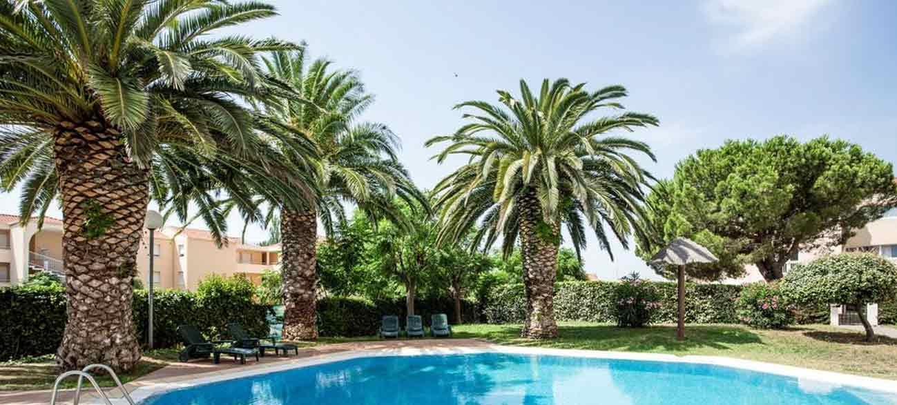 Grand jardin avec piscine dans un hôtel à Canet-en-Roussillon