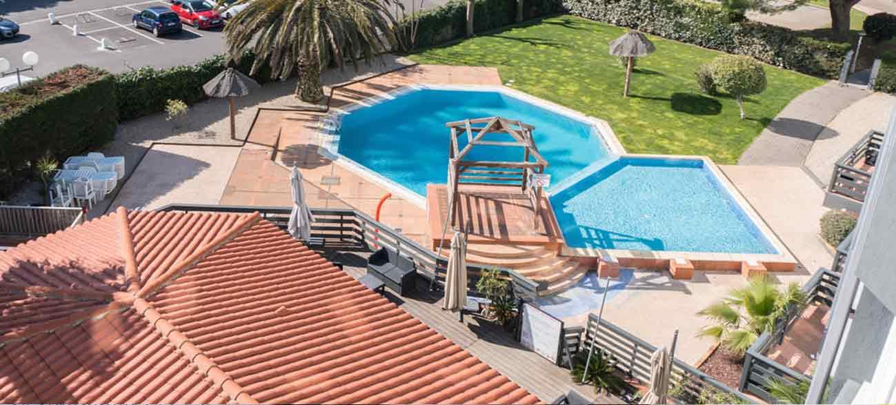 Grande piscine dans un hôtel à Canet-en-Roussillon