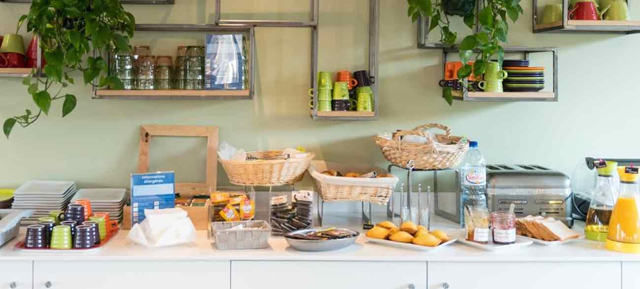 Petit déjeuner copieux dans un hôtel à Canet-en-Roussillon