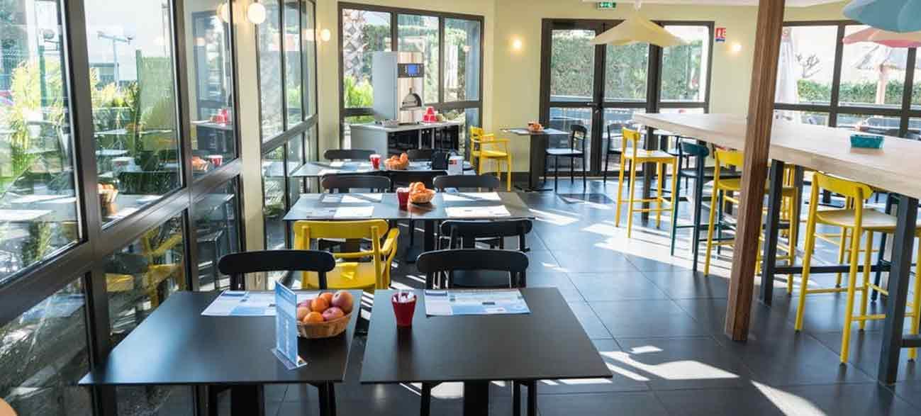 Agréable salle de petit-déjeuner copieux dans un hôtel à Canet-en-Roussillon