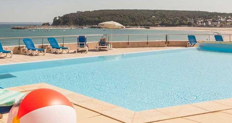 Vue de Crozon Morgat en Bretagne depuis la piscine de la résidence de vacances