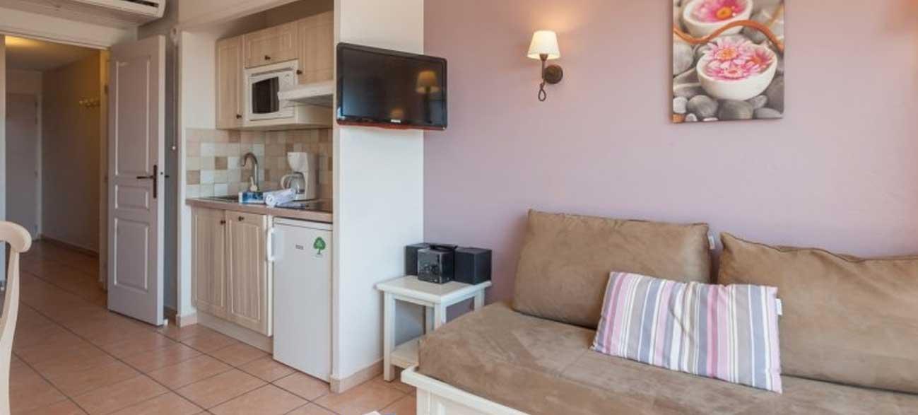Cuisine d'un appartement de la résidence premium Les Calanques des Issambres, Baie de Saint-Tropez - Les Issambres