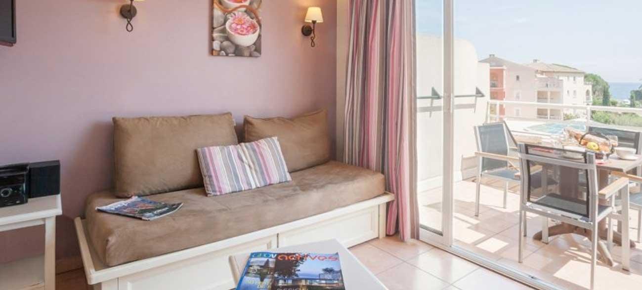 Salon d'un appartement de la résidence premium Les Calanques des Issambres, Baie de Saint-Tropez - Les Issambres