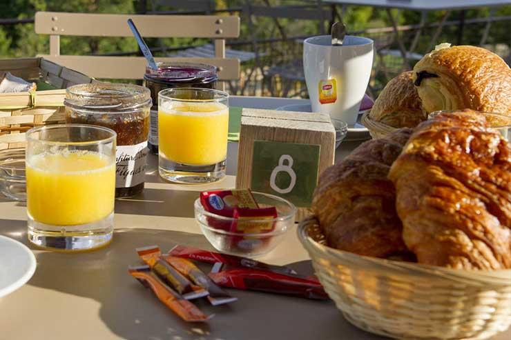 Formule petit-déjeuner : pain frais de la boulangerie du village, thé, café, jus d'orange, tartines et viennoiseries