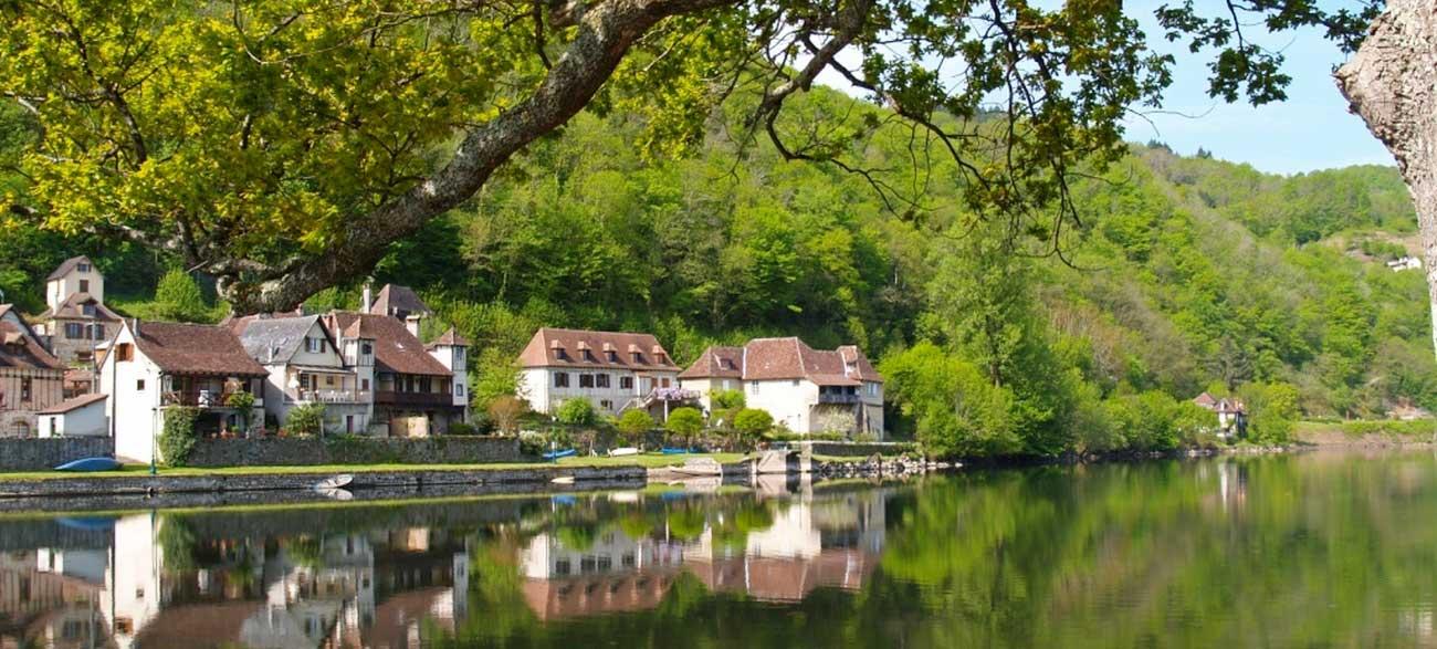 Quai rivière de Beaulieu-sur-Dordogne en Corrèze