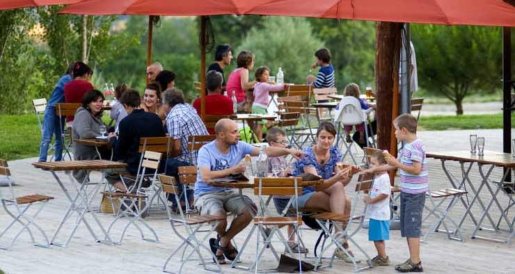 Restauration simple, de qualité, adaptée à tous les goûts au village Huttopia en Drôme Provençale