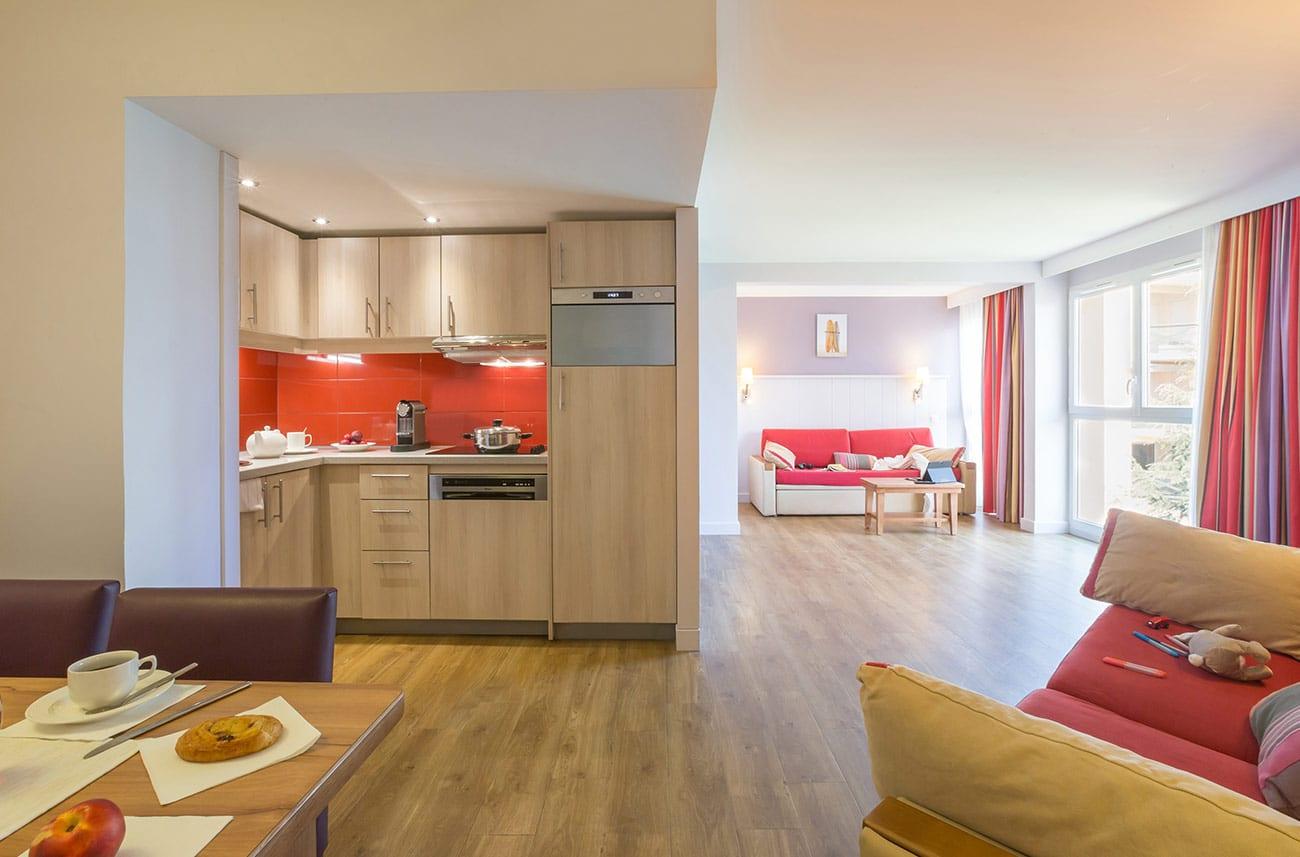 Salon dans un appartement en location en résidence premium Haguna Biarritz
