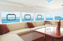 Carré intérieur d'un catamaran pour une croisières dans les îles Grenadines