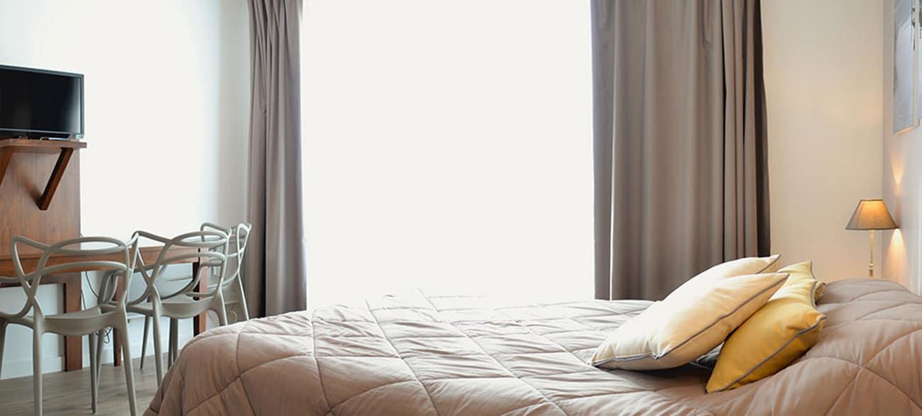 Chambre avec TV dans un appartement d'une résidence hôtel à Aix Les Bains