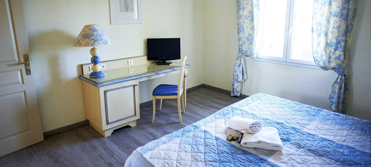 Chambre avec TV dans appartement de la résidence de tourisme Grand Avignon
