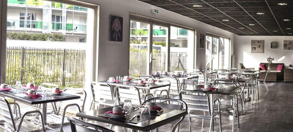 Salle de petit-déjeuner dans un appartement d'une résidence hôtel à Aix Les Bains