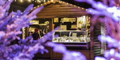 Chalet illuminé d'un marché de Noël en Alsace