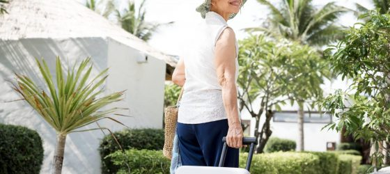 femme senior voyageant seule