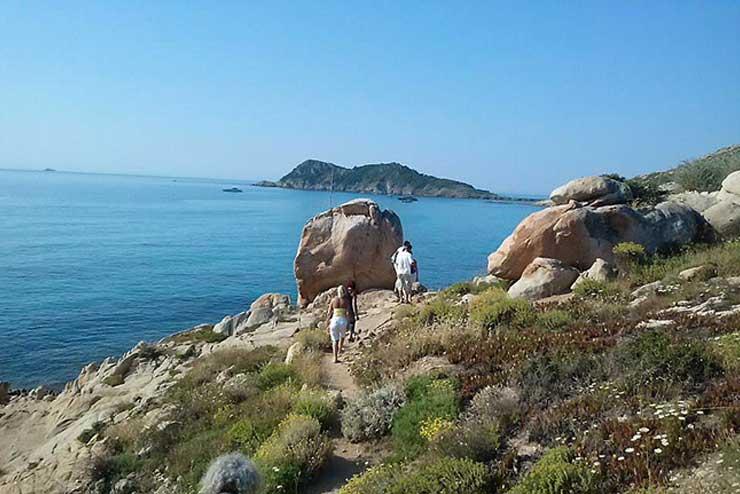 Randonnée en bord de côte sur la presqu'île de Saint-Tropez.