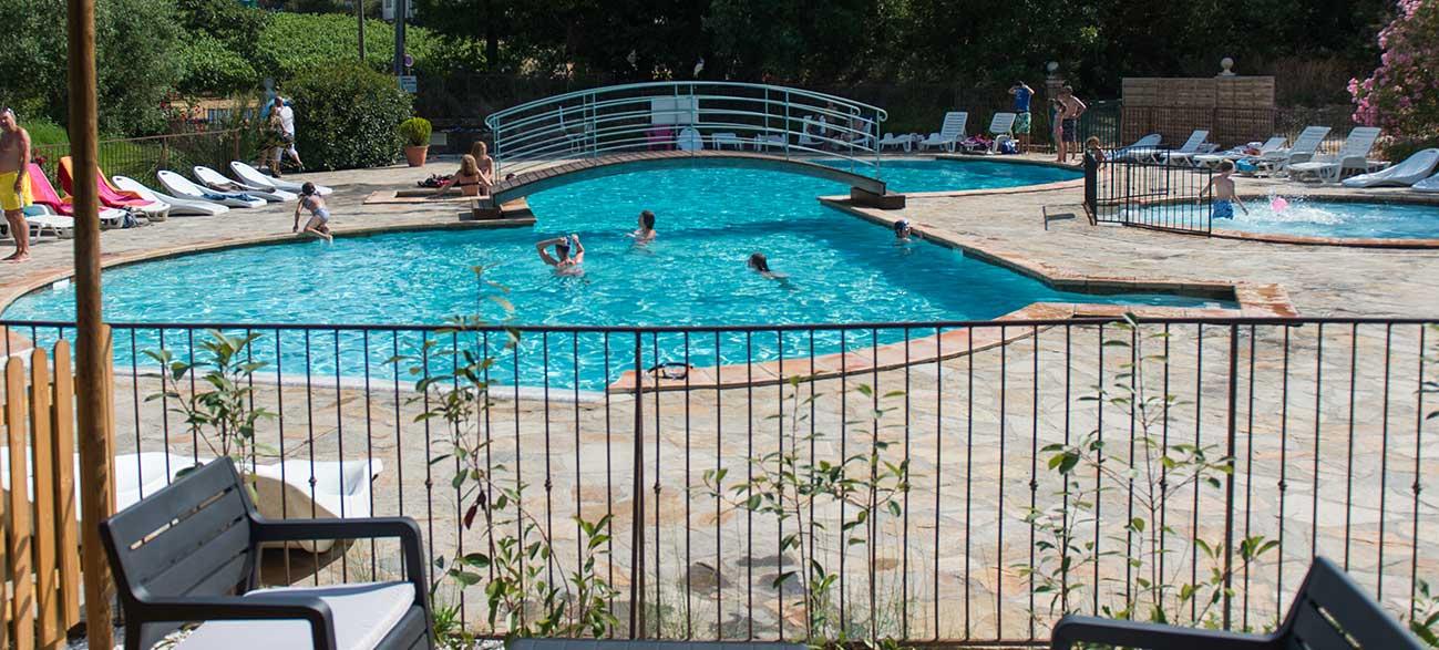 Terrasse piscine Camping à Ramatuelle à proximité du golfe de St Tropez dans le Var