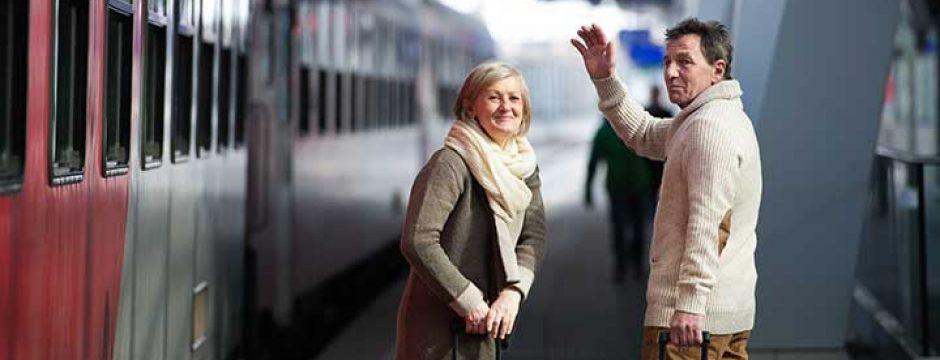 Couple de voyageurs en gare