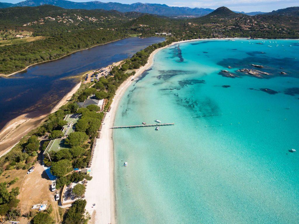 Vue aérienne de la plage de Santa Giulia en Corse