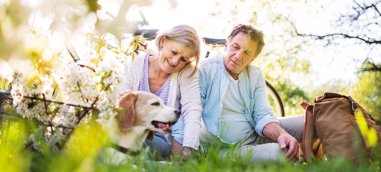 Senior avec son chien à Longeville-sur-Mer
