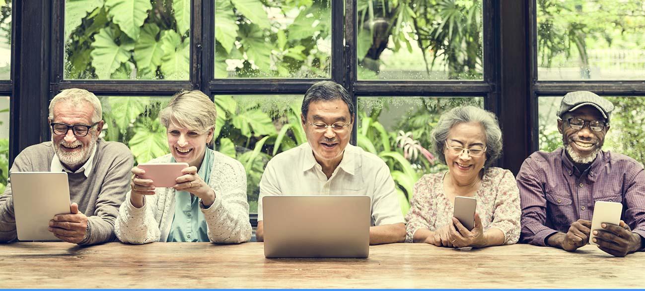 Senior recherchant des conseils sur le web