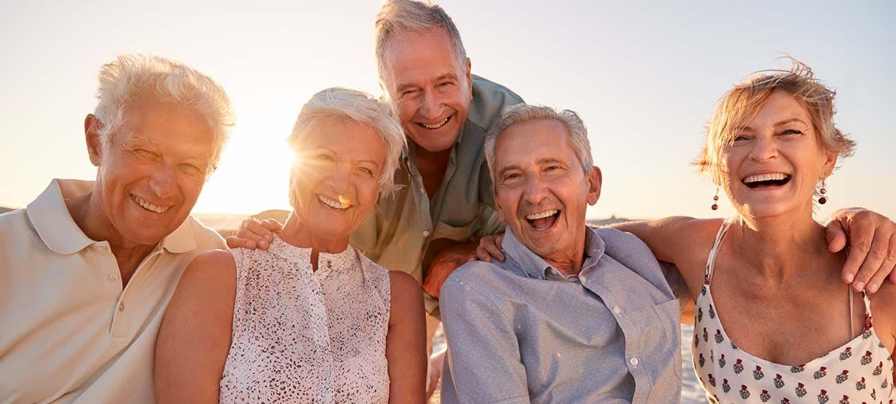Groupe de seniors en voyage à la plage