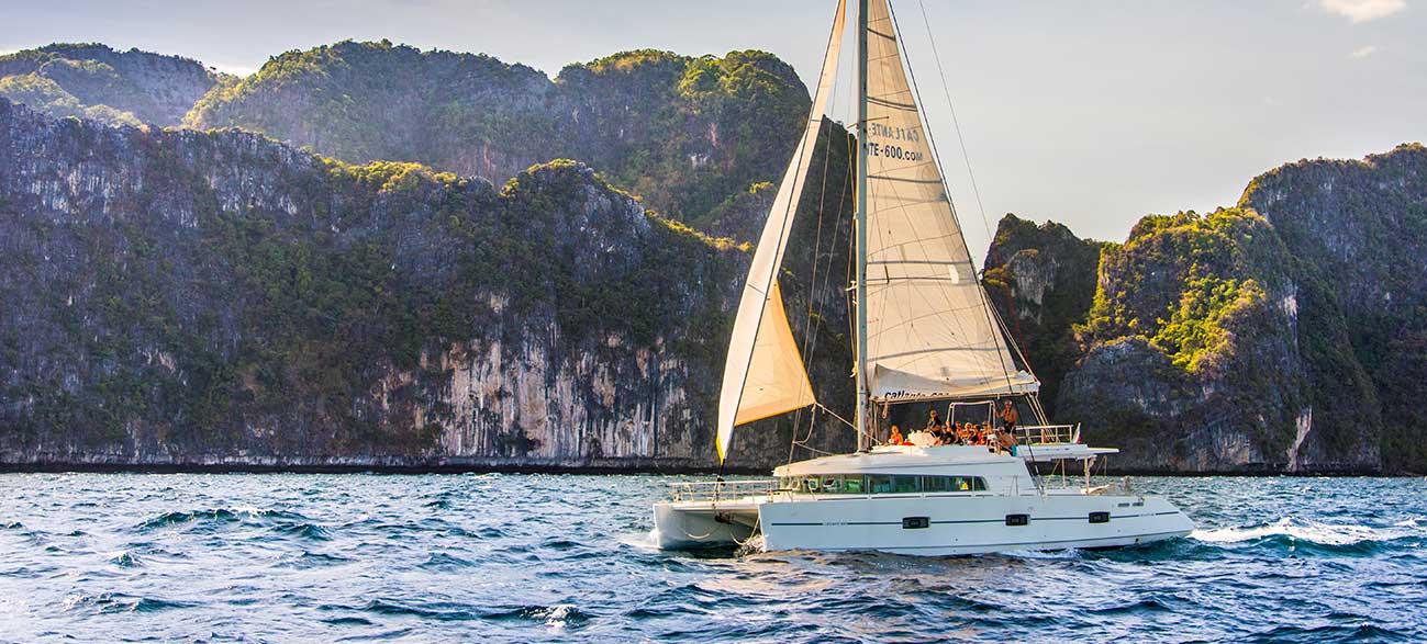 Catamaran dans la Baie de Phang Nga - Croisière Thaïlande