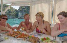 Repas sur le catamaran durant la croisière en Thaïlande