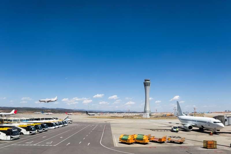 Tarmac d'un aéroport avec sa tour de contrôle