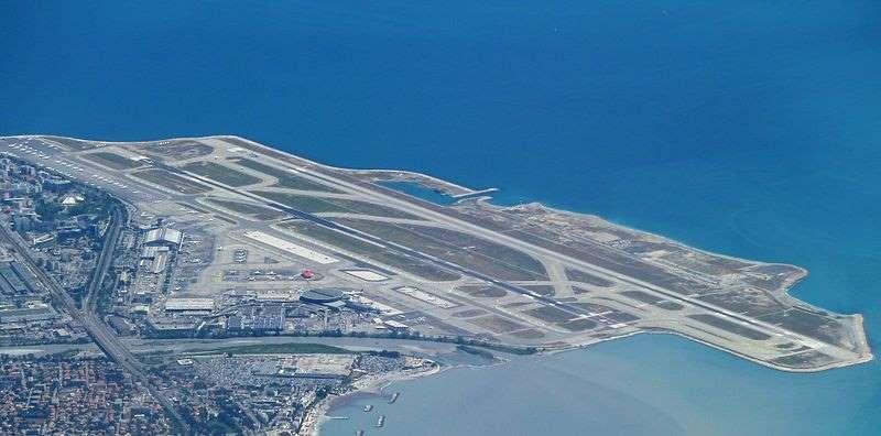 Vue aérienne de l'aéroport de Nice Côte d'Azur