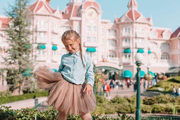 Fillette devant un hotel à Disneyland Paris