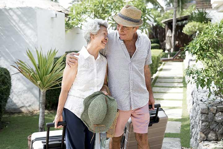 Seniors arrivant dans un village vacances