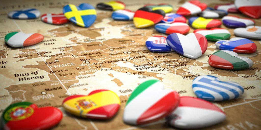 Carte de l'Europe avec des aimants représentant les drapeaux des pays